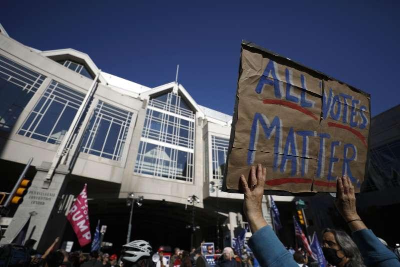 2020年11月,美國總統大選陷入膠著,關鍵搖擺州的計票工作備受矚目(AP)
