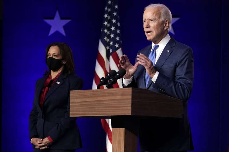 2020年美國總統大選陷入膠著,民主黨候選人拜登11月6日晚間發表談話,副手搭檔賀錦麗陪同(AP)