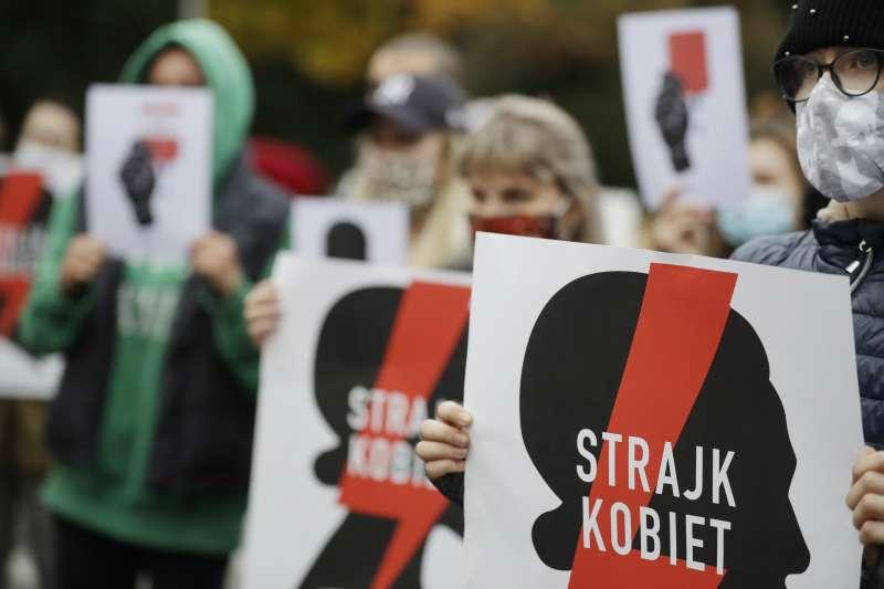2020年10月27日,支持墮胎權的女性在波蘭國會大樓外抗議10月22日的釋憲結果。(資料照,美聯社)