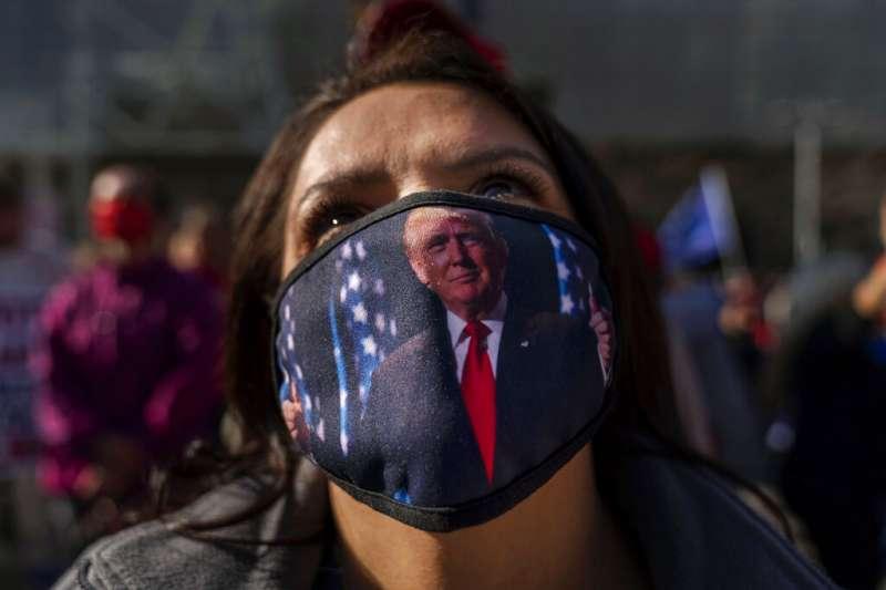 底特律一名川普支持者在當地的計票中心外抗議。(美聯社)