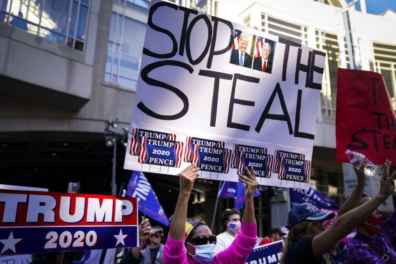 川普支持者要求別讓民主黨人偷走選舉的勝利。(美聯社)