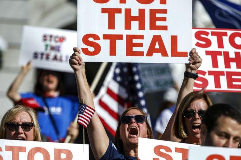 賓州的川粉在當地的計票中心外,力挺川普「別讓民主黨人偷走選舉勝利」的說法。(美聯社)