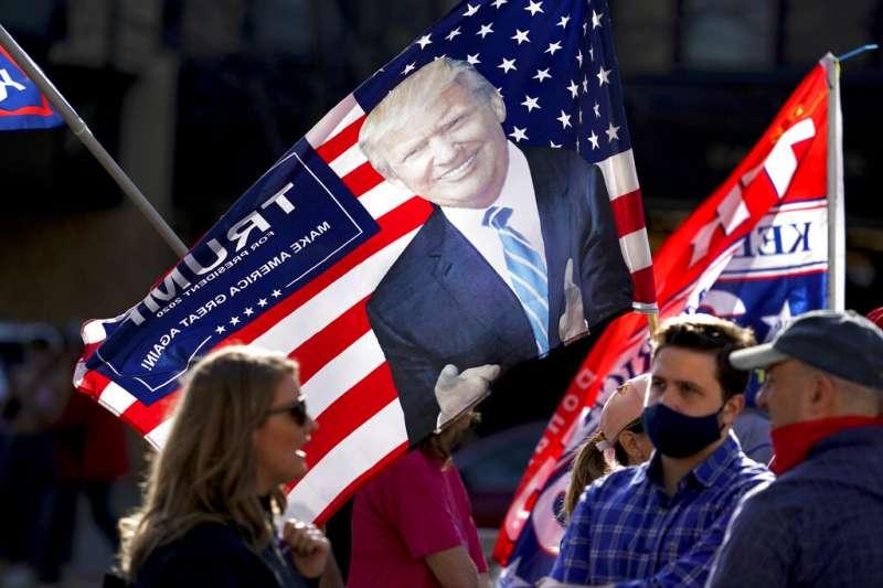 川普支持者紛紛上街,要求停止計票、不能讓民主黨人偷走勝利。(美聯社)