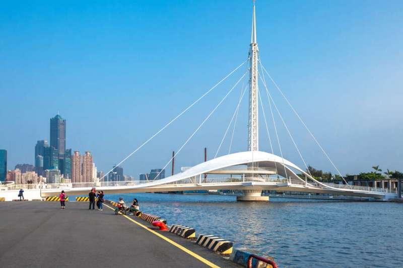 高雄全台首座會水平旋轉的大港橋,純白色帆船造型超吸睛。(圖/高雄市觀光局提供)