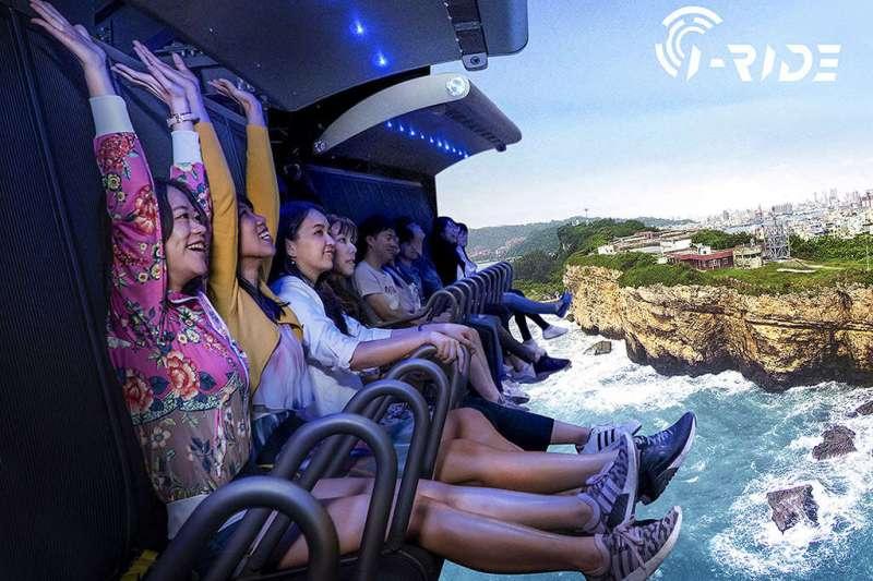 智崴科技於軟科園區設置的5D虛擬實境機,旅客可體驗超逼真景象,令人血脈噴張。(圖/高雄市觀光局提供)