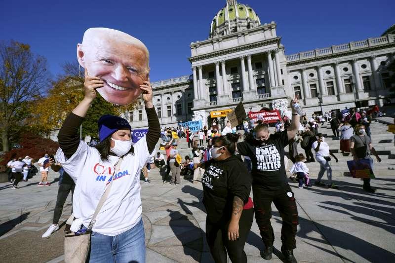 全球注目的美國總統大選,在投票後的數日膠著中,代表民主黨的拜登終於脫穎而出,贏得總統寶座。圖為美國民眾上街頭慶祝。(AP)