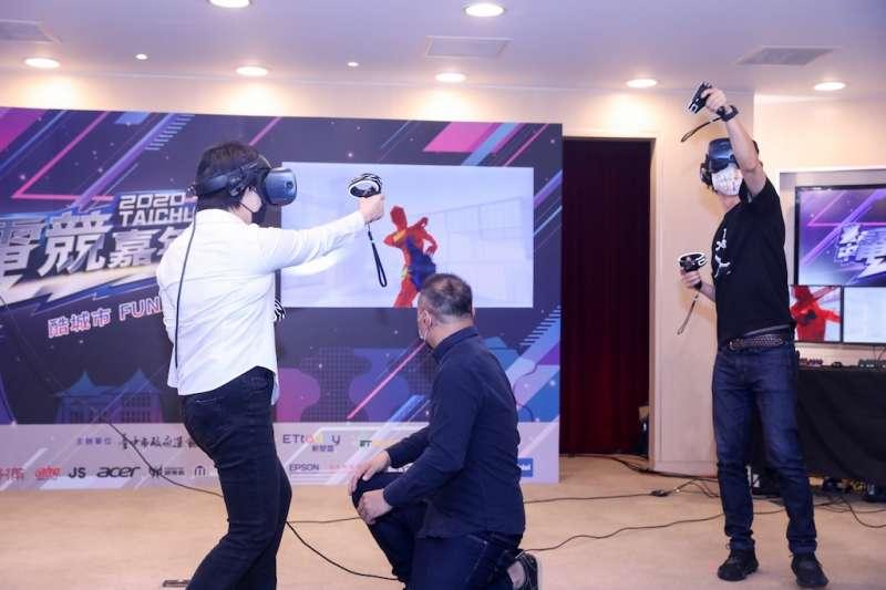 台中市長盧秀燕與陳傑、台中市體育總會電子競技委員會主委江肇國現場體驗VR射擊遊戲,感受電競的虛擬世界。(圖/台中市政府提供)