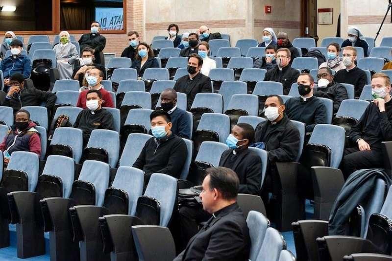宗座大學學生以神職人員為主(照片來自聖十字大學官方網站)