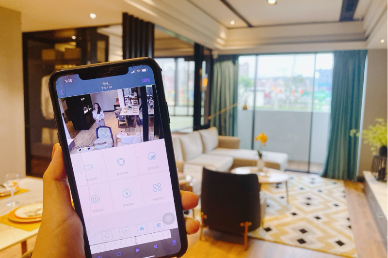 「AI智能管家」透過手機APP就能控制家電、門鎖、窗簾(選配)等,也能透過監視器即時監控。(圖/富比士地產王提供)