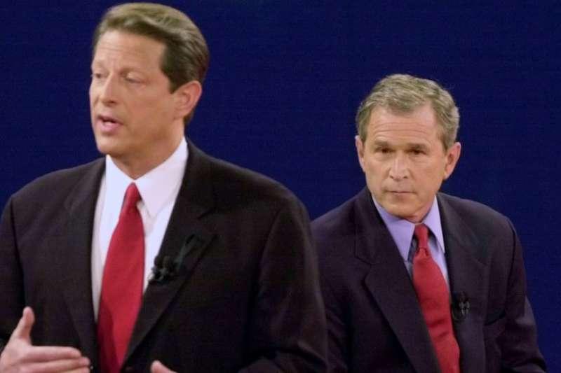 2000年10月17日,民主黨總統候選人、副總統高爾與共和黨總統候選人、德克薩斯州長小布希進行電視辯論。(美聯社)