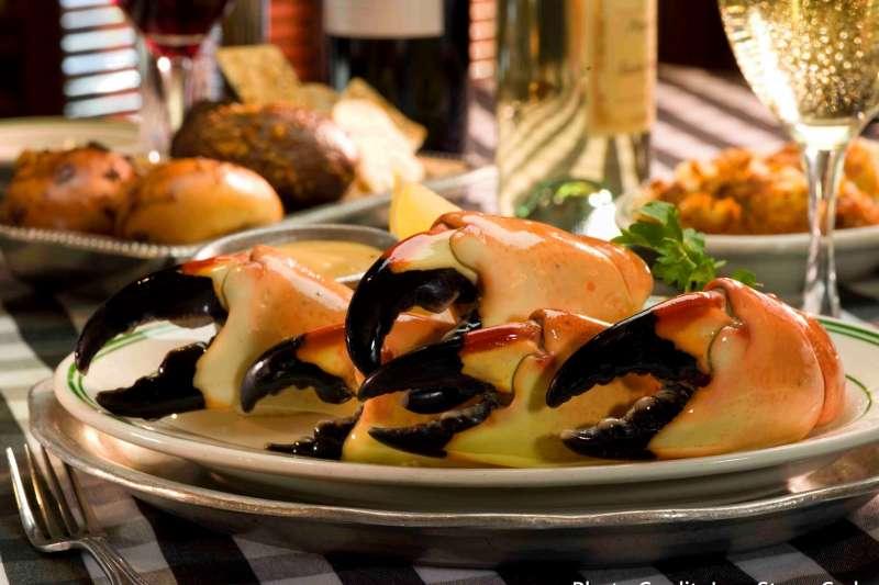 靠著永續思維經營的老店,沒想到只靠賣蟹螯就成為全美最賺錢的獨立餐廳。(圖/擷取自Joe's Stone Crab,創新拿鐵提供)