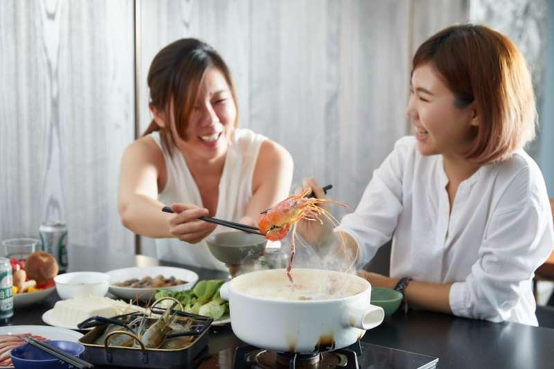 泰國蝦不再只是烤肉才出現,作為聚會時的火鍋食材,也是不錯的選擇。(圖/段泰國蝦提供)