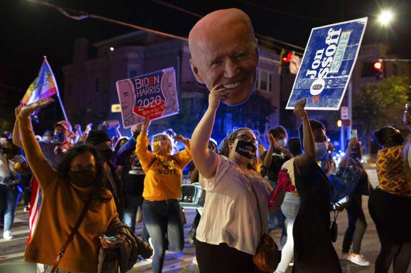 亞特蘭大的拜登支持者正在街頭慶祝勝選。(美聯社)