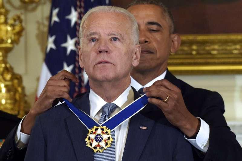 時任美國總統的歐巴馬2017年1月12日卸任之前,於白宮對副總統拜登頒發總統自由勳章(Presidential Medal of Freedom)。(美聯社)