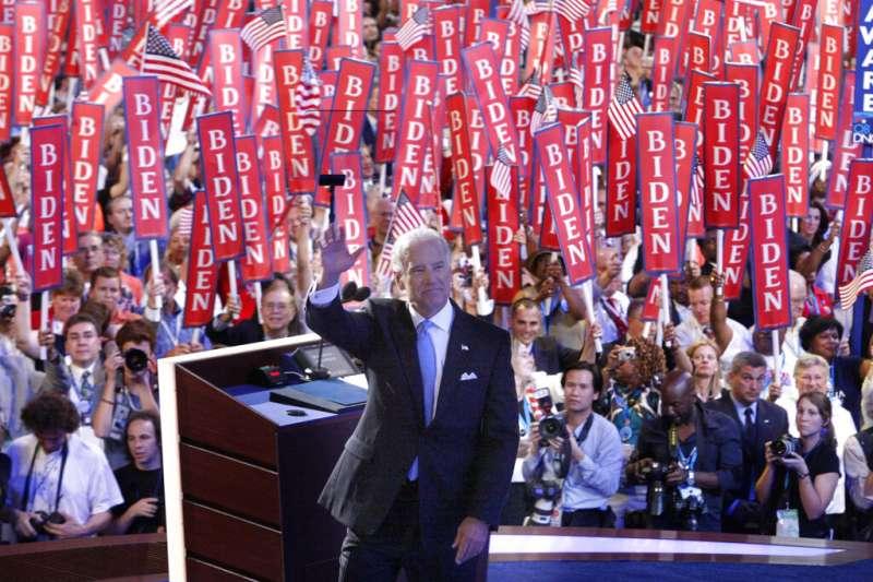 2008年8月27日,民主黨副總統候選人參議員拜登在丹佛舉行的民主黨全國代表大會上對眾人招手。(美聯社)