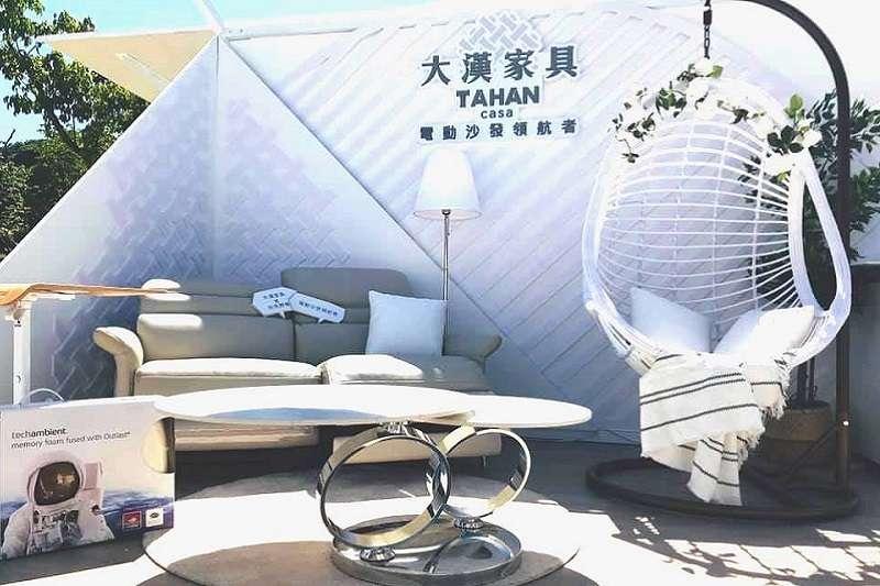 大漢家具以銀白色電動沙發為主角,在2020白色野餐打造「大漢白宮」成為網美打卡點。(圖/大漢家具提供)