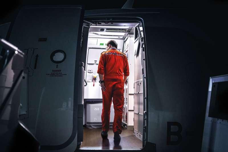 桌曆中也放入張國煒從德國漢堡接回星宇首架A321neo時 身穿機師訓練服步入B-58201機艙及檢查航機的身影。(星宇航空提供)