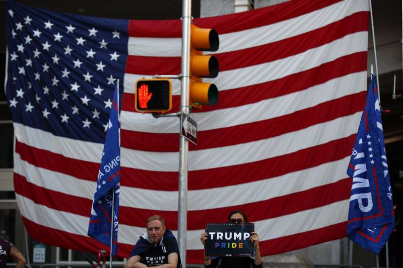 雖然美國媒體大多肯定拜登已經勝出,但在川普不肯認輸的情況下,賓州的川粉也在費城計票中心外持續抗議。(美聯社)