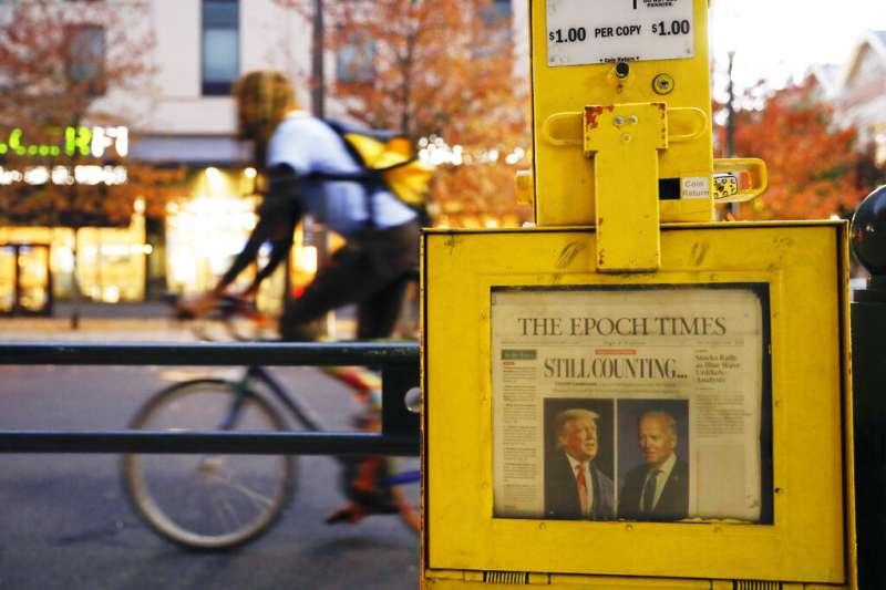 賓州的川普支持者仍在費城計票中心外抗議,費城街頭報箱中一份《大紀元時報》(The Epoch Times)頭條寫著「仍在計票中」。(美聯社)