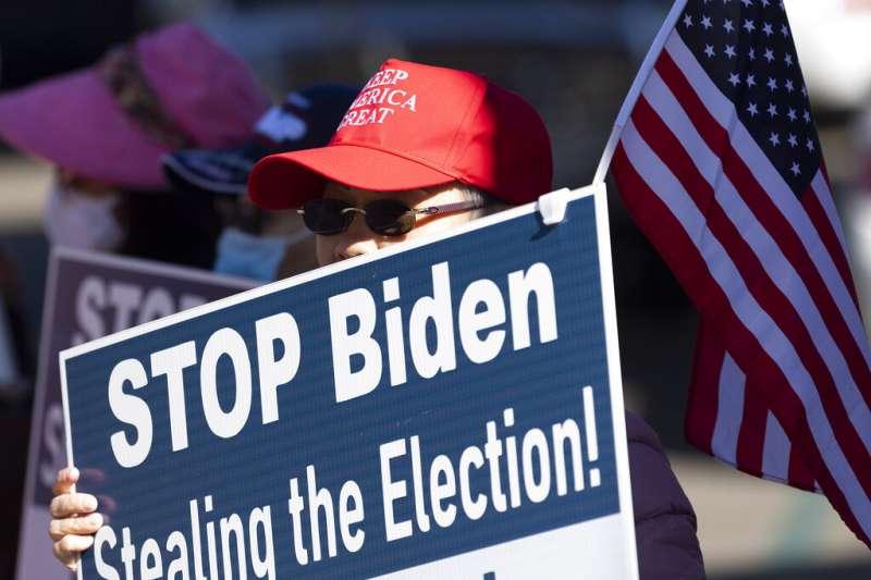 加州的川普支持者在街頭持續抗爭,要求拜登不要偷走這場大選的勝利。(美聯社)