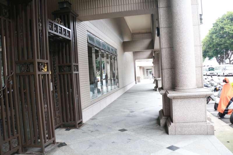 總統蔡英文寓所社區遭男子潑咖啡。(圖/李梅瑛)