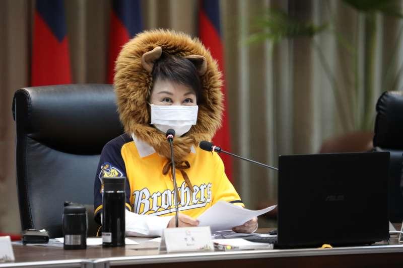 台中市長盧秀燕10日頭戴「獅子帽」主持市政會議。(台中市政府提供)