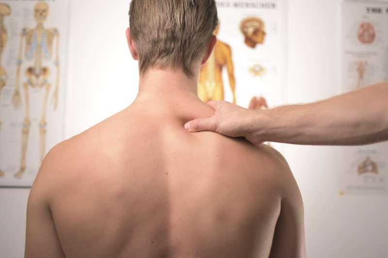 雖然肩膀疼痛是五十肩的症狀之一,但並不一定代表就是五十肩。(圖/取自Unsplash)