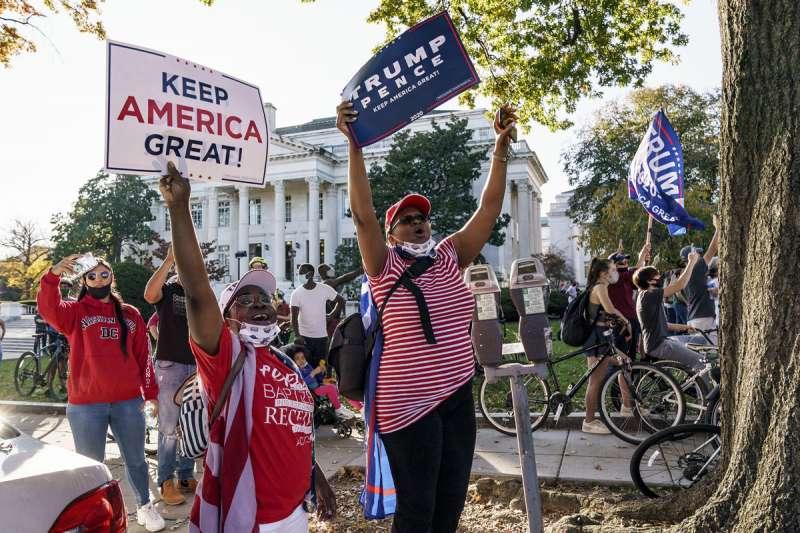 支持川普的選民表示,民調機構故意做出拜登高人氣,意圖影響選情。(美聯社)