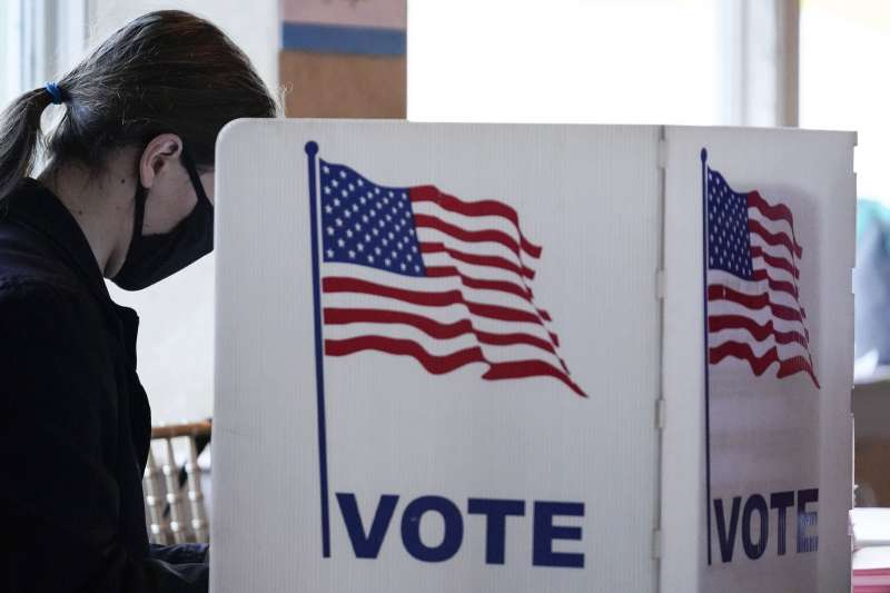 美國大選民調高估拜登選情,部分原因是川普選民較晚決定投川普。(美聯社)