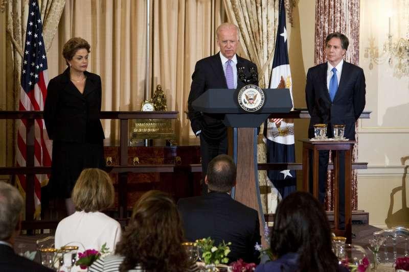 拜登(中)當選美國總統,團隊資深外交策士布林肯(右)被認為是國務卿第一人選。(美聯社)