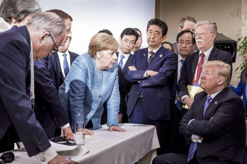 川普(右)讓梅克爾體會美國不可依靠。(美聯社)
