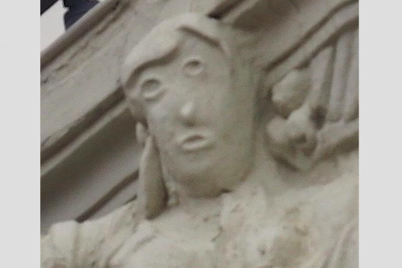 西班牙帕倫西亞(Palencia)的百年雕像遭修復人士破壞成眼歪嘴斜的模樣,遭到當地畫家卡帕爾(Antonio Guzmán Capel)於臉書貼文諷刺(翻攝臉書)