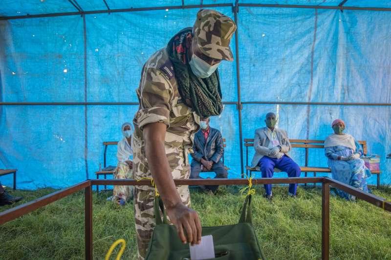 2020年衣索比亞大選,提格雷區一名軍人投下選票。衣索比亞聯邦政府正與提格雷人民解放陣線駁火。(AP)