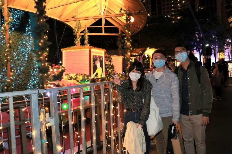 迪士尼角色躍上夢幻音樂盒,年輕朋友與載滿耶誕祝福的火車歡樂合影。(圖/李梅瑛)