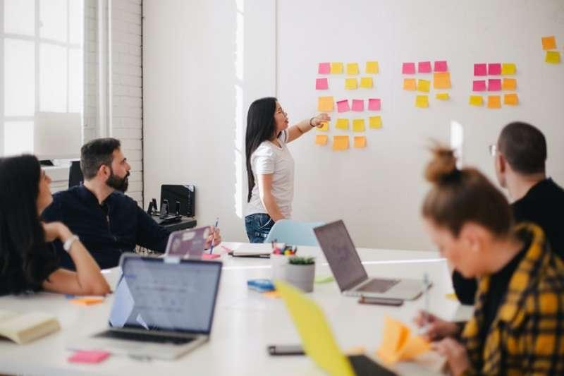 為何知名動畫公司「皮克斯」老闆是用什麼方法,吸引比自己還要優秀的人來此工作呢?(圖/取自You X Ventures@Unspalsh)