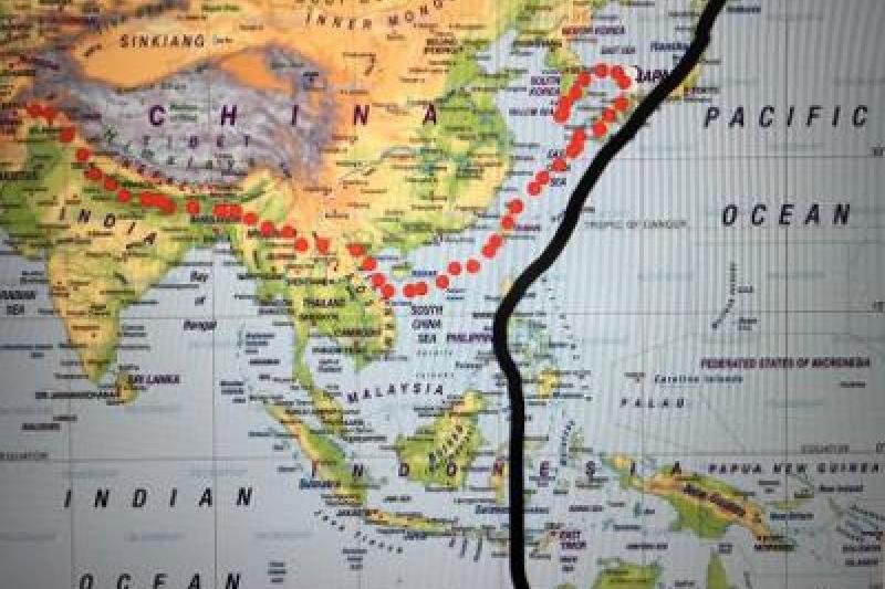 紅線為包括所謂第一島鏈圍堵政策下的所謂美國國安防衛線,黑線代表美國傳統國安利益的界限。(黃維幸提供)