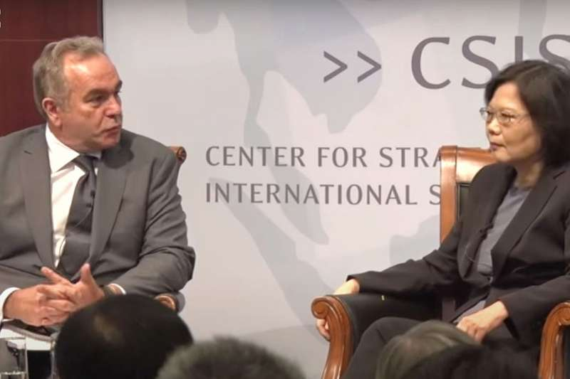 蔡英文(右)與美國兩黨有長期接觸,包括熟識多年的拜登國安團隊要角坎博(Kurt Campbell,左)。(翻攝自YouTube)