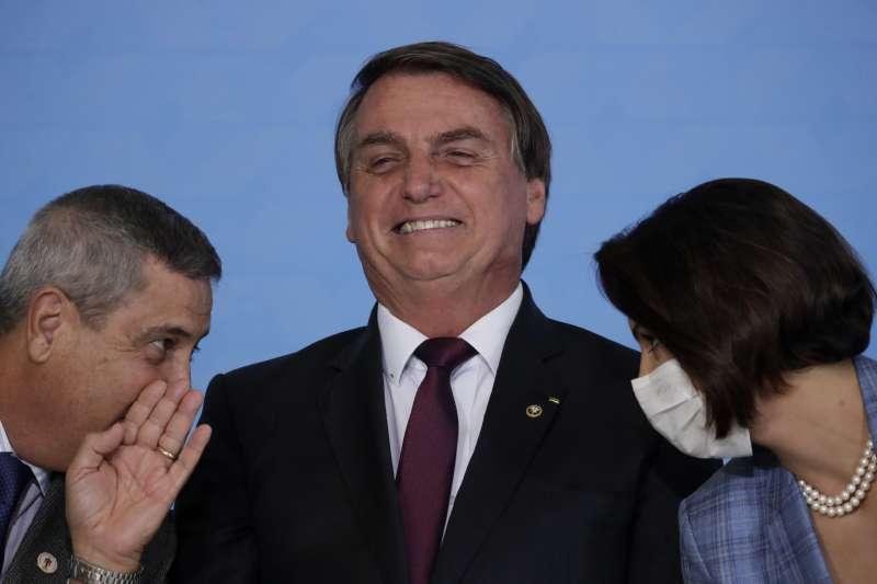 巴西總統博索納羅(中)與第一夫人蜜雪兒、總統幕僚長奈托,三人皆曾確診罹患新冠肺炎。(AP)