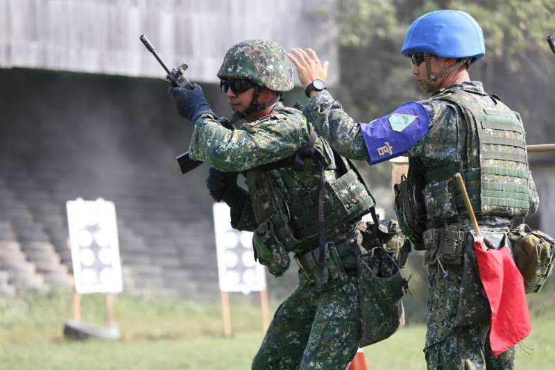 20201112-陸軍特指部特三營行軍期間進行「應用射擊」訓練。(取自中華民國陸軍臉書)