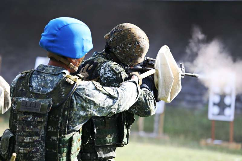陸軍特指部特三營行軍期間進行「應用射擊」訓練。(取自中華民國陸軍臉書)