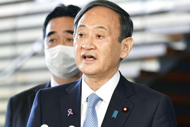 日本首相菅義偉對媒體說明他與拜登的通話內容。(美聯社)