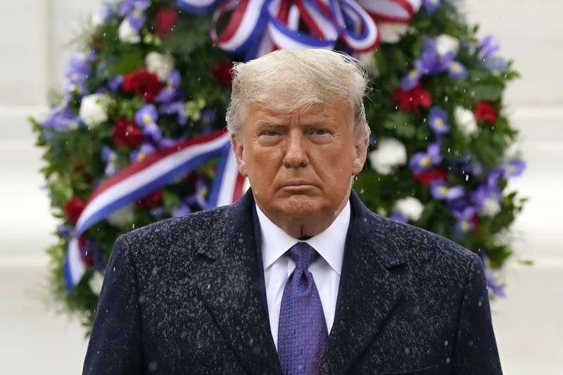 作者指出,川普面對疫情神隱,打高爾夫球為樂,集中全力想為總統選舉結果翻案。(資料照,AP)
