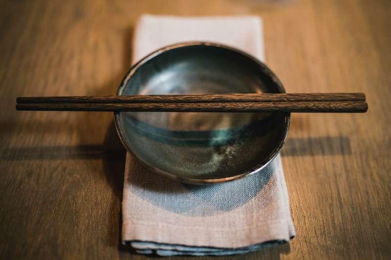 你知道我們平常使用的筷子,其實存在著「致癌」的健康風險嗎?(圖/取自Unsplash)