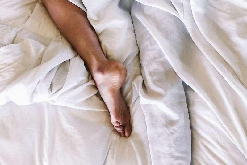 如果常常半夜腳抽筋,不妨透過以下這些方法來改善。(圖/取自Unsplash)