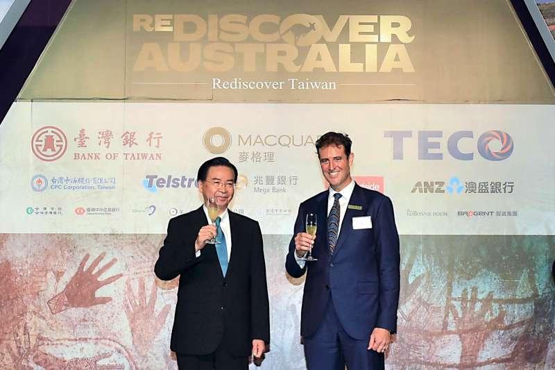 澳洲駐台代表高戈銳和台灣外交部長吳釗燮(澳洲辦事處提供)