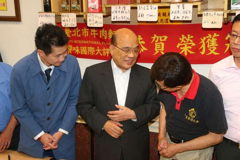 20201113-行政院長蘇貞昌(中)、發言人丁怡銘(左)13日至「皇家傳承牛肉麵重慶店」親自向老闆致歉。(顏麟宇攝)