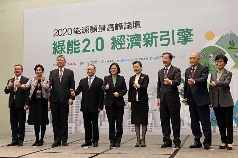 CIP台灣區董事總經理許乃文(左二)受邀至「2020能源願景高峰論壇」,並表示政府應延續現行本土化的基礎,堅持第三區塊開發國產化項目制。(CIP提供)