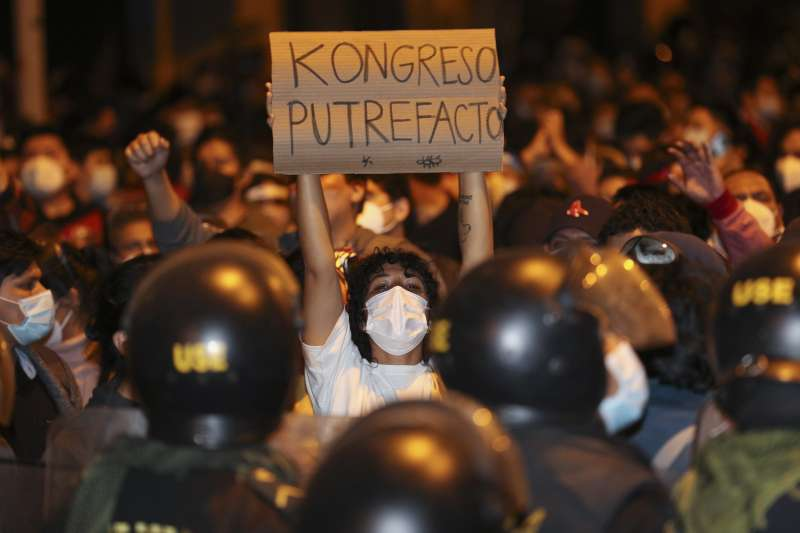 11月9日,秘魯首都利馬民眾上街抗議總統畢斯卡拉遭國會彈劾下台(美聯社)