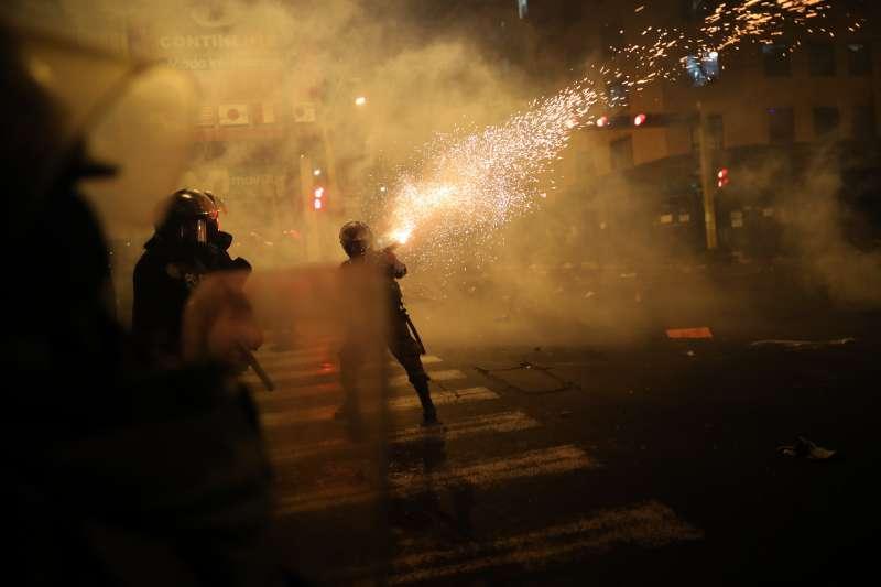 11月12日,秘魯首都利馬的警察朝示威者發射催淚瓦斯(美聯社)