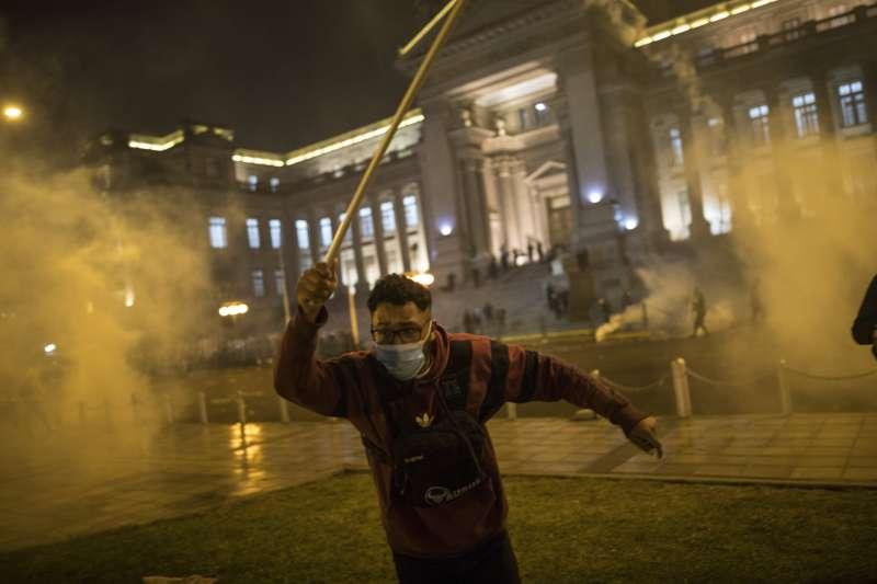 11月12日,秘魯首都利馬的鎮暴警察發射催淚瓦斯,示威民眾倉促逃離(美聯社)